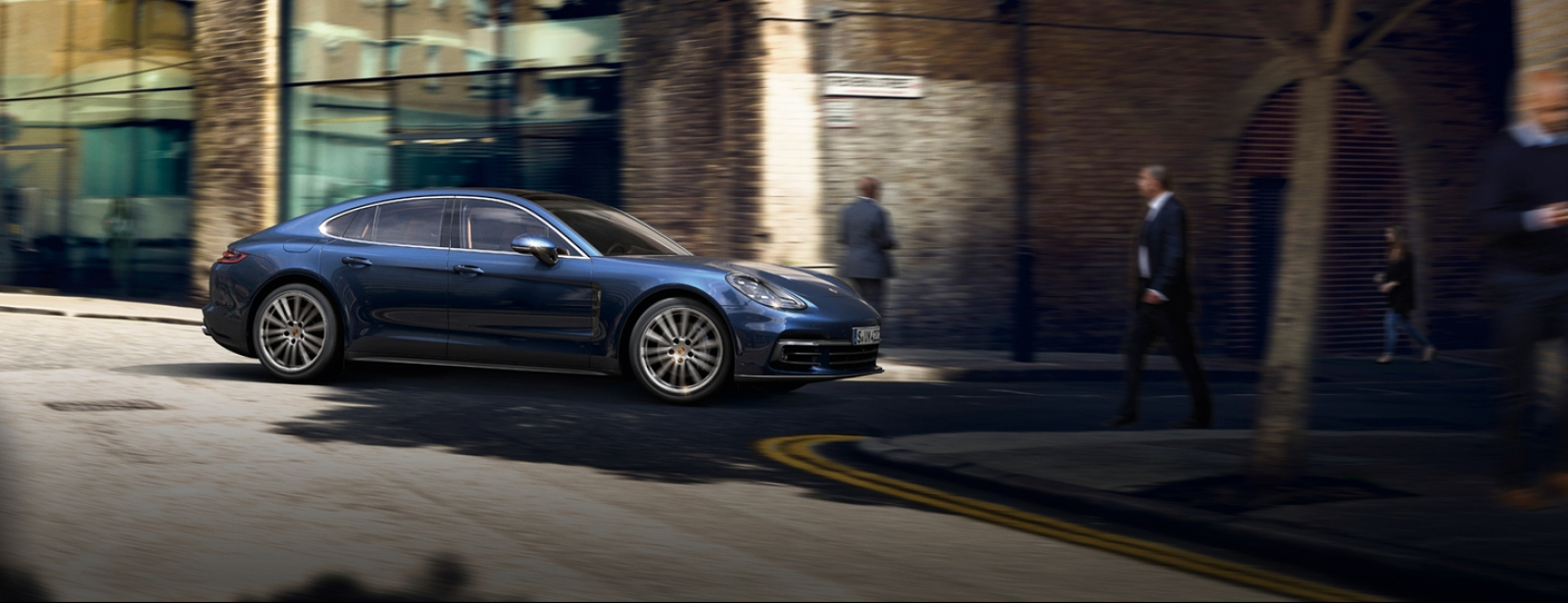 Porsche - Panamera 4S Executive - Courage changes everything.